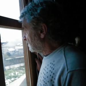 lainez mira por la ventana